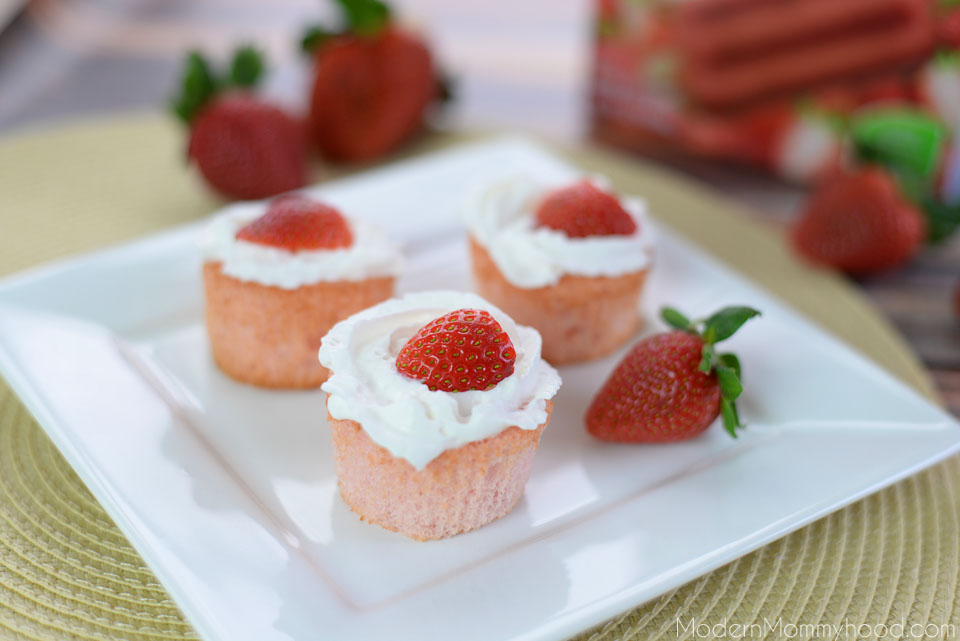 Strawberry Angel Food Cupcakes Recipe - a healthier/lower calorie option #Outshine